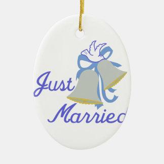 Apenas casado adorno navideño ovalado de cerámica