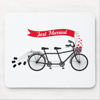 Apenas casado casando la bicicleta en tándem alfombrillas de ratones