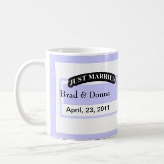 Apenas casado casando las tazas