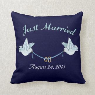 Apenas casado casando palomas almohadas