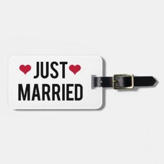 apenas casado con dos corazones rojos etiquetas maletas