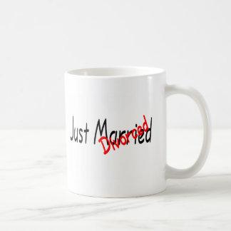 Apenas casado divorciado taza clásica