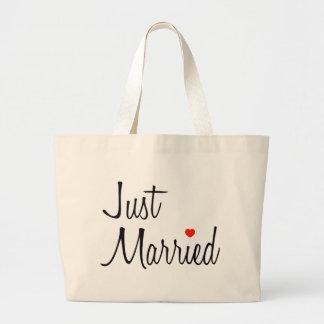 Apenas casado escritura con el corazón rojo bolsa
