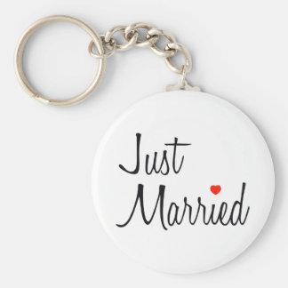 Apenas casado escritura con el corazón rojo llavero personalizado