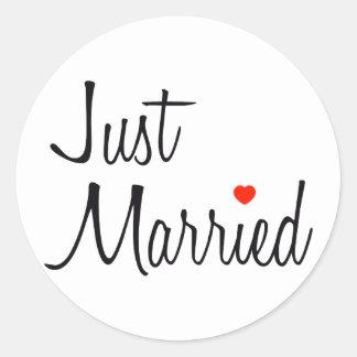 Apenas casado escritura con el corazón rojo pegatinas