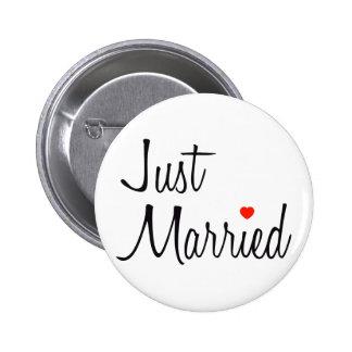 Apenas casado (escritura con el corazón rojo) pin redondo de 2 pulgadas