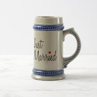 Apenas casado (escritura con el corazón rojo) tazas