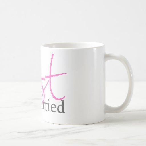 Apenas casado (escritura rosada) taza básica blanca