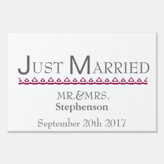 Apenas casado letreros