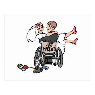 Apenas casado (silla de ruedas del novio) postal