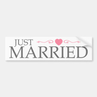 Apenas casado (voluta rosada del corazón) etiqueta de parachoque