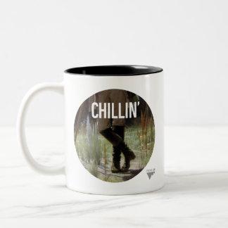 Apenas Chillin en el prado - subtítulo del arte de Taza De Café De Dos Colores