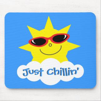 Apenas Chillin Sun con las gafas de sol Tapete De Ratones