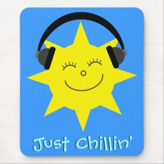 Apenas Chillin Sun con los auriculares Tapetes De Raton