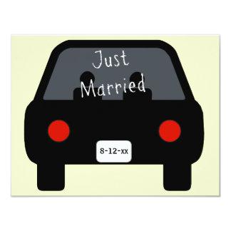 Apenas coche casado invitación 10,8 x 13,9 cm