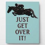 Apenas consiga sobre él el salto del caballo placas con fotos