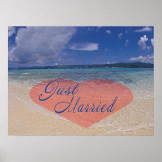 Apenas corazón casado en la playa póster