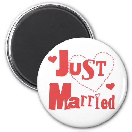 Apenas corazón rojo casado imán redondo 5 cm