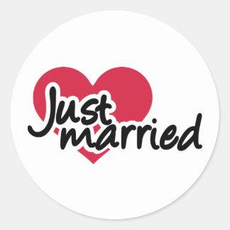 Apenas corazón rojo casado pegatina