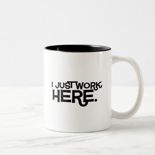 Apenas el trabajo aquí asalta taza de café de dos colores