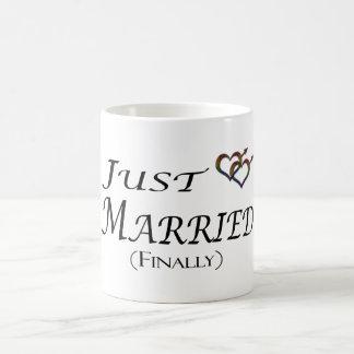 Apenas (finalmente) orgullo gay casado taza clásica