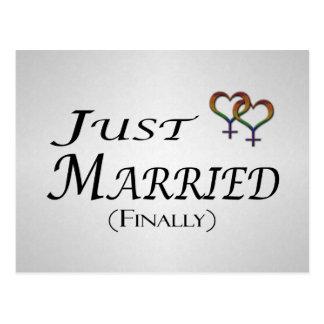 Apenas (finalmente) orgullo lesbiano casado tarjeta postal