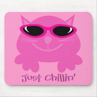 Apenas gato rosado de Chillin con las gafas de sol Tapete De Raton