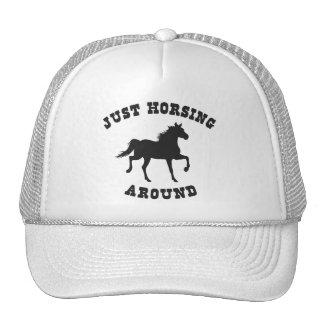 Apenas Horsing alrededor del caballo Gorros Bordados