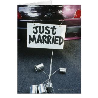 Apenas la muestra casada encendido apoya del coche tarjeta de felicitación