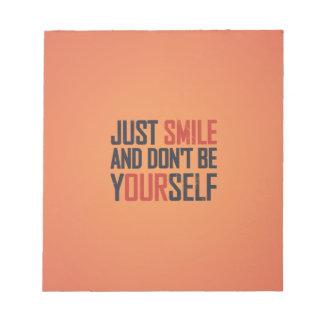 Apenas la sonrisa y no es usted mismo bloc de notas