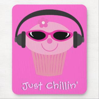 Apenas magdalena de Chillin con los auriculares y  Alfombrillas De Ratones