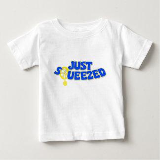 Apenas mercancías exprimidas tee shirts