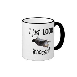 Apenas miro la taza inocente