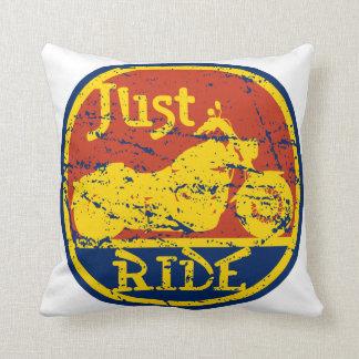 Apenas motocicletas azul del paseo y amarillo cojín
