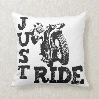Apenas motocicletas del vintage del paseo cojín