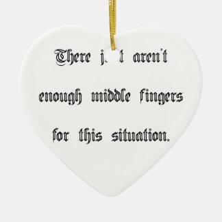 Apenas no bastantes dedos medios adorno de cerámica en forma de corazón
