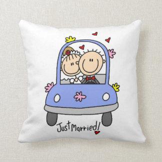 Apenas novia y camisetas y regalos casados del nov almohada
