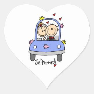 Apenas novia y camisetas y regalos casados del pegatina en forma de corazón