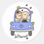 Apenas novia y camisetas y regalos casados del pegatina redonda