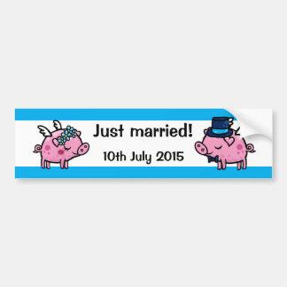 Apenas novia y novio casados del cerdo de la mosca pegatina para auto