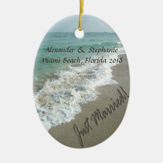 Apenas ornamento casado de la resaca del océano adorno navideño ovalado de cerámica