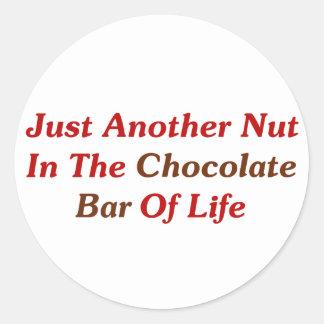 Apenas otra nuez en la barra de chocolate de la pegatina redonda