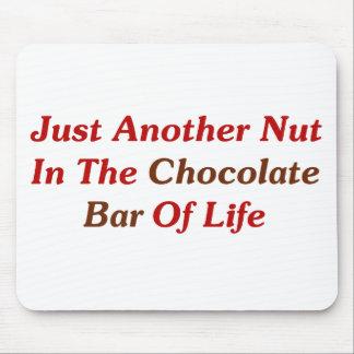 Apenas otra nuez en la barra de chocolate de la vi alfombrillas de ratones