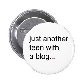 apenas otros adolescentes con un botón del blog pin