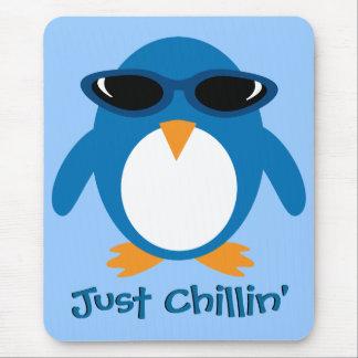Apenas pingüino de Chillin con las gafas de sol Tapete De Ratón