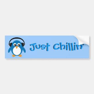 Apenas pingüino de Chillin con los auriculares Pegatina De Parachoque