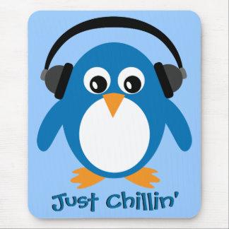 Apenas pingüino de Chillin con los auriculares Alfombrillas De Ratones
