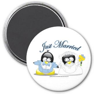 Apenas pingüinos casados imán redondo 7 cm