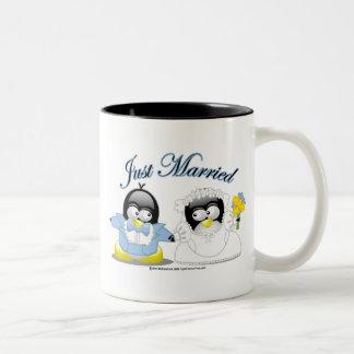 Apenas pingüinos casados taza de dos tonos
