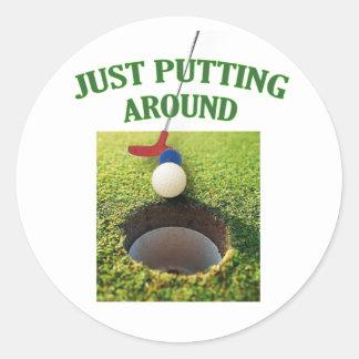 Apenas poniendo alrededor de golf pegatina redonda
